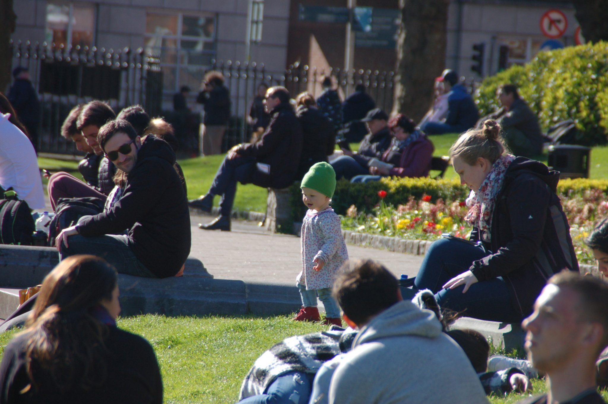 Meisje met groene muts in park