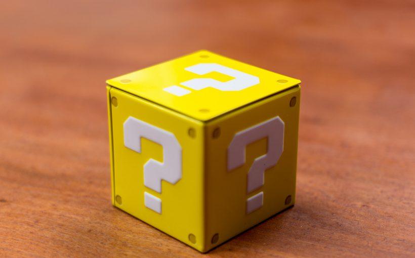 een geel doosje met vraagtekens erop