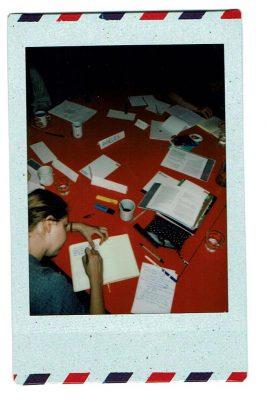 een tafel vol schriften en ander schrijfspul