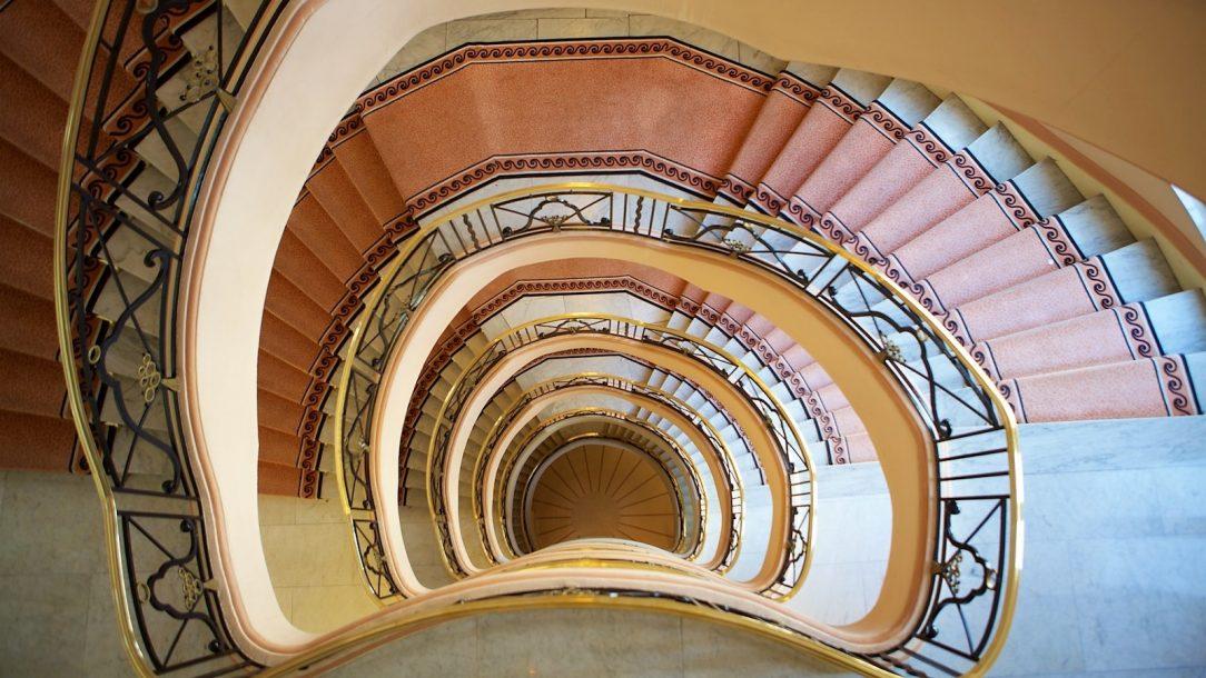 een trappenhuis met meerdere verdiepingen
