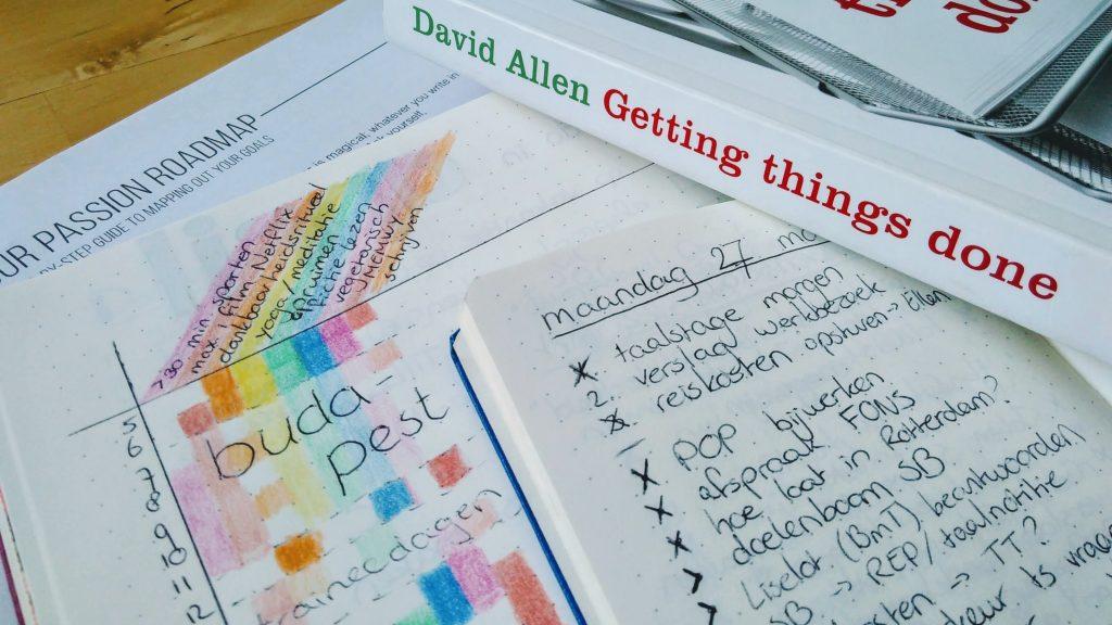 Onderdelen van mijn (vorige) productiviteitssysteem: de Passion Planner, twee bullet journals en het boek Getting Things Done