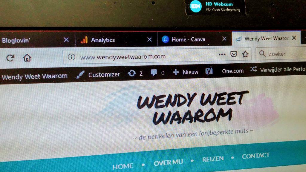 het scherm van mijn laptop, met daarop mijn eigen domeinnaam, 'www.wendyweetwaarom.com'