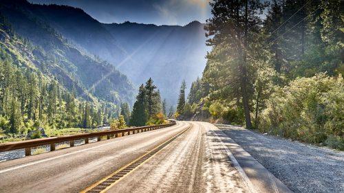 een weg door een natuurgebied