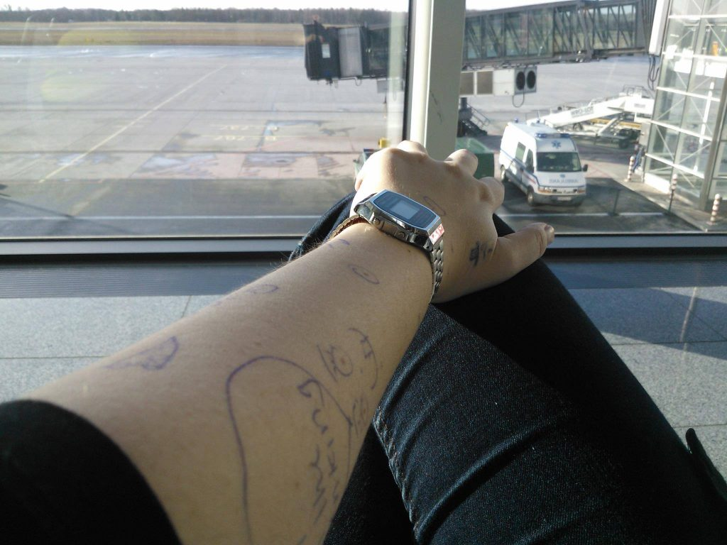 Deze foto - van mijn onderarm - maakte ik terwijl ik op het vliegveld zat te wachten om weer naar Nederland te gaan.