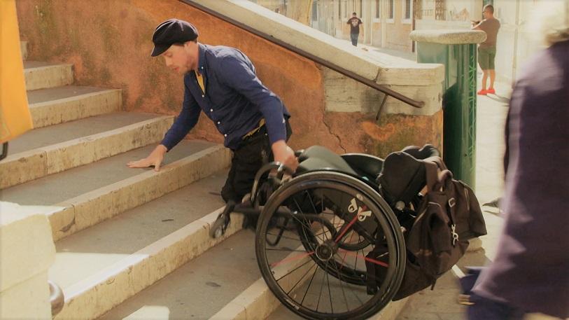 Rolstoel Roadmovie: Mari kruipt een trap op van een brug in Venetië