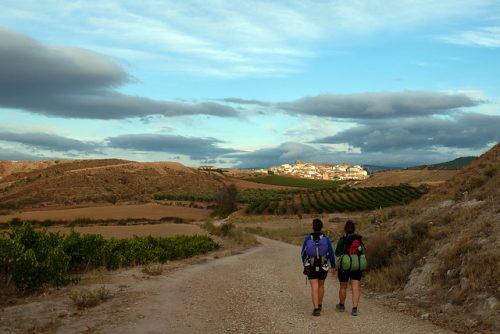 ook op mijn ultieme travel bucket list: te voet naar (bijvoorbeeld) Santiago de Compostella, net zoals de twee vrouwen op deze foto doen
