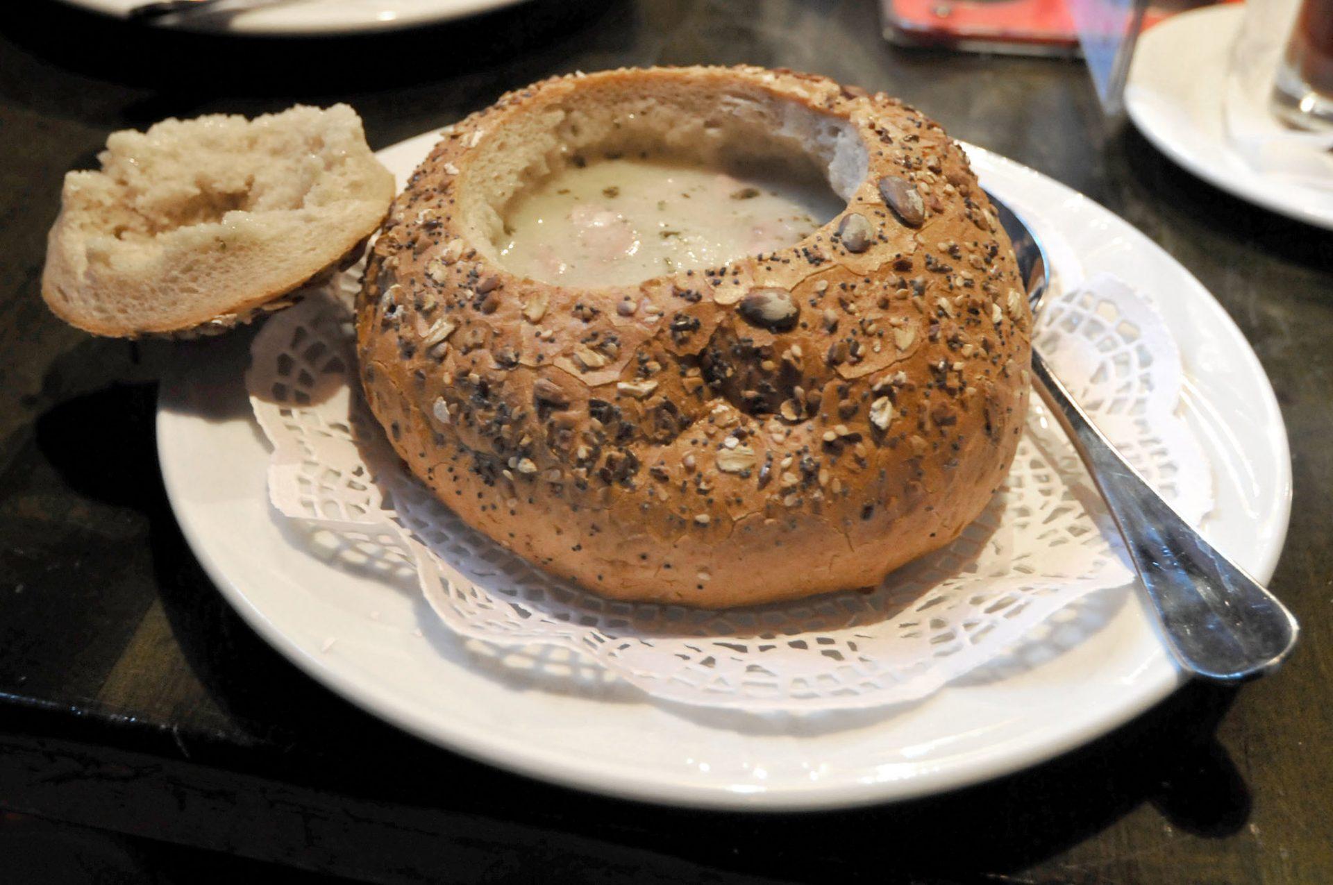 zurek w chlebie, oftewel zurek in een uitgehold brood