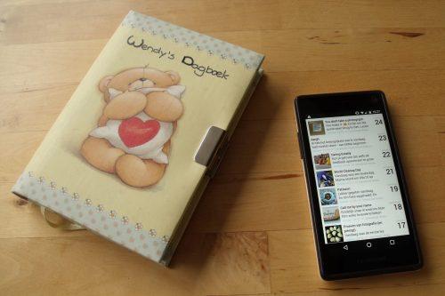 Mijn oude dagboek (van papier) en nieuwe dagboek (telefoon) naast elkaar