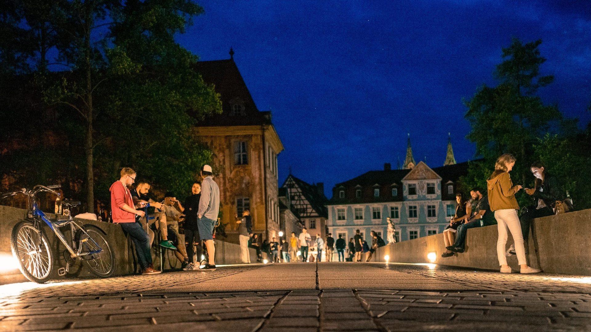studenten hangen op een brug, 's avonds, in een oude studentenstad