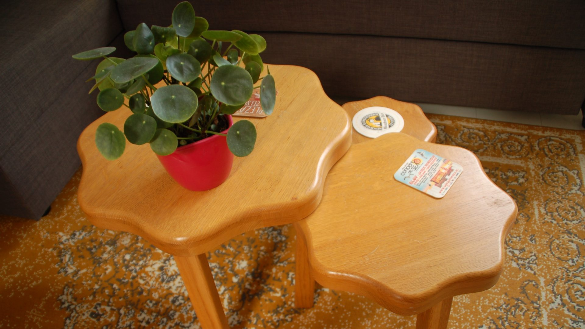 drie eiken salontafels die in elkaar passen