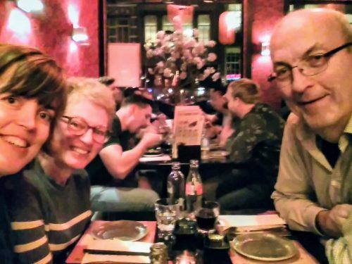 Mijn ouders en ik aan een tafel bij Sumo