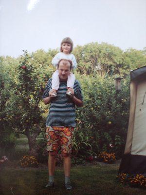 ik als klein meisje op de schouders van mijn vader
