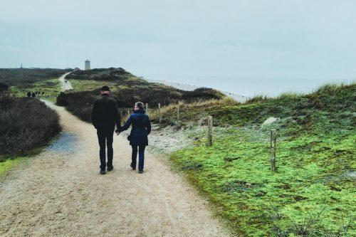 mijn ouders wandelen door de duinen van Oostkapelle naar Domburg