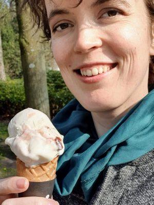 Wendy heeft een ijsje in haar hand en lacht naar de camera