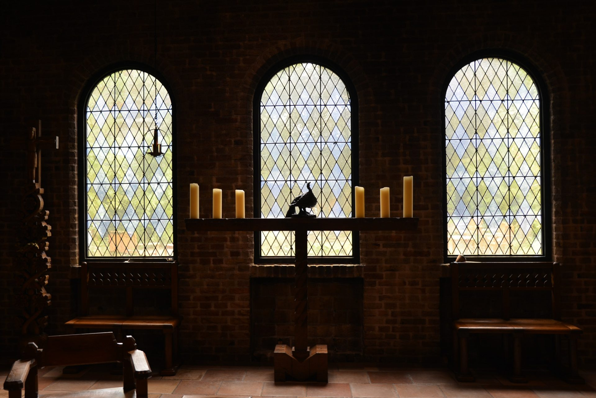 de Lioba kapel van binnenuit: kaarsen en drie hoge ramen