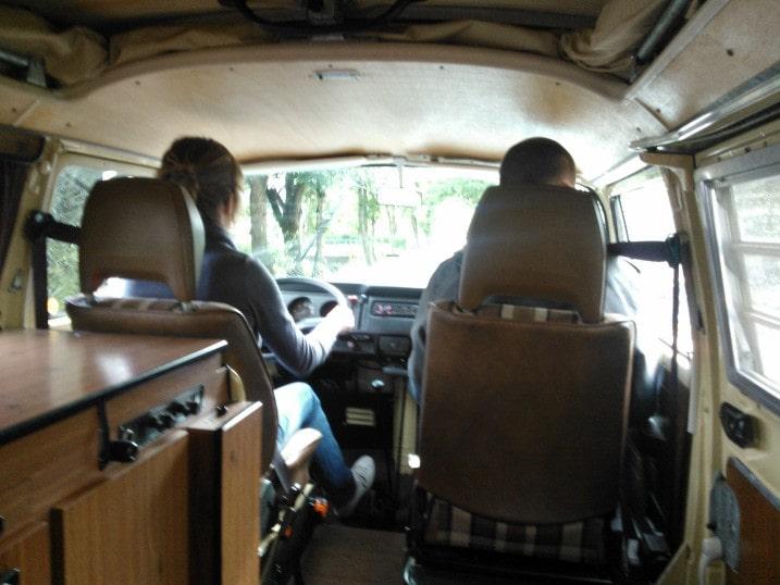 mijn broer en ik in een volkswagenbusje, ik zit achter het stuur
