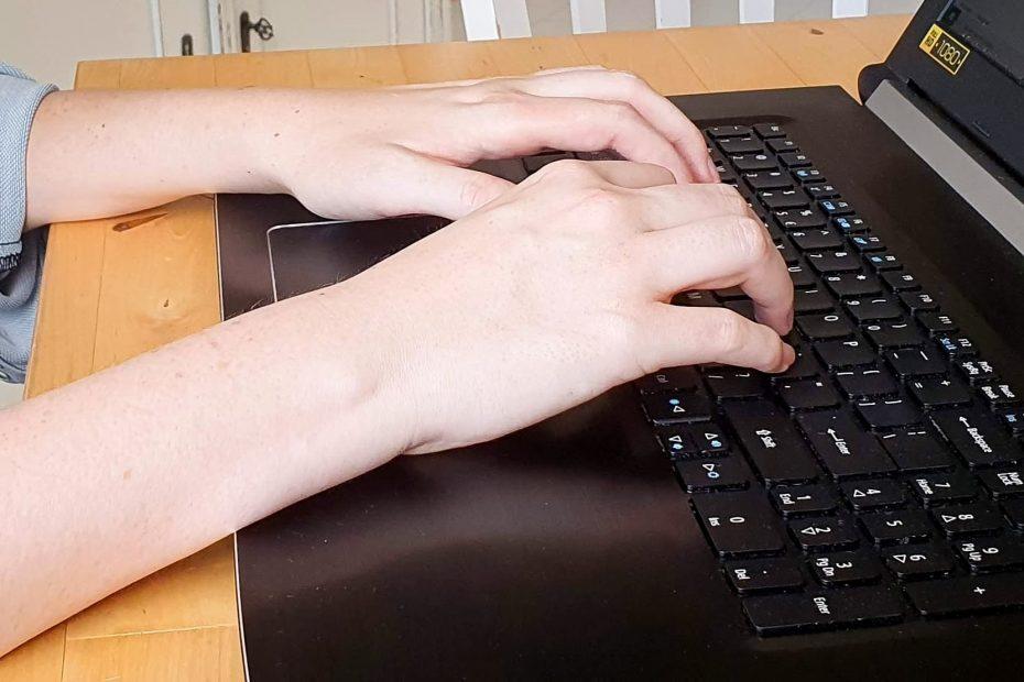 mijn handen op het toetsenbord van mijn laptop